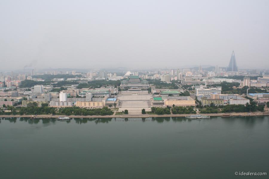大同江畔的人民大学习堂&金日成广场,右边的三角形建筑是柳京饭店